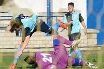 RUMBURK (ve fialovém) doma porazil Kadaň 2:0.