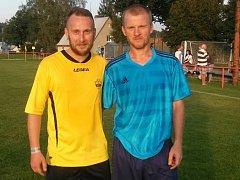 S HVĚZDOU. Fotbalový cestovatel Jaroslav Dolejš (vlevo) nastoupil v 1. A třídě i proti exligovému Dušanu Tesaříkovi.