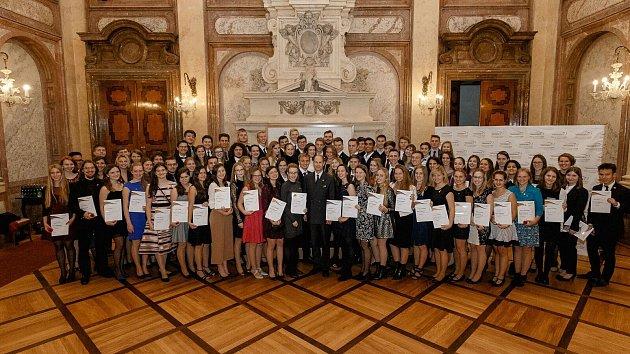 Prestižní zlaté ocenění si studenti zÚsteckého kraje převzali přímo zrukou britského prince.