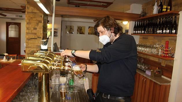 Restaurace Kocanda mohla v pondělí 31. května přivítat první hosty i ve vnitřních prostorech.