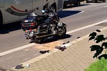Motorkář se srazil s autobusem.
