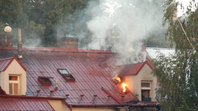 Pivovarská ulice v Děčíně musela být v pondělí ráno zcela uzavřena, hořel tam obytný dům.
