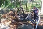 Bunkr i jeho okolí doutnalo na okraji lesa.