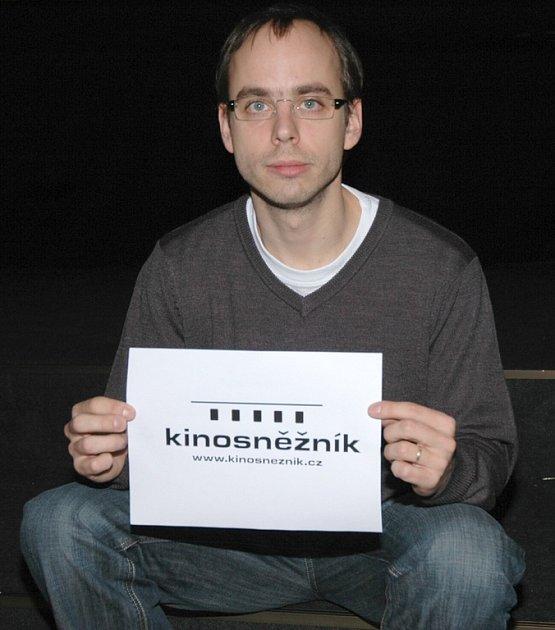 Petr Michálek s novým logem děčínského kina Sněžník.