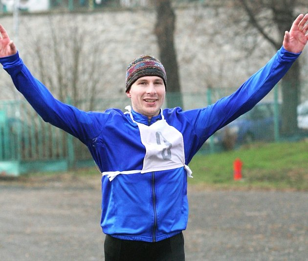 Z celkového prvenství v desátém ročníku Děčínského běžeckého poháru se v cíly běhu na Sněžník raduje terezínský multisportovec Josef Prchlík.