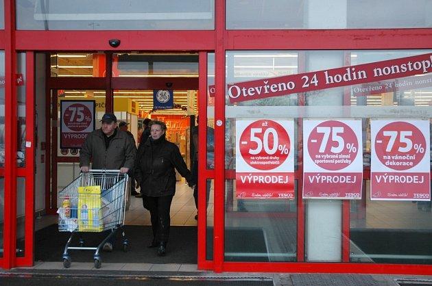 Slevy na různé druhy zboží po Vánocích lákají spousty lidí do obchodů na nákupy.