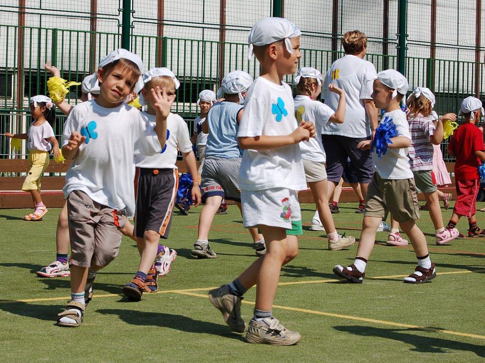 Na závěr Olympiády mateřských škol se na celém školním hřišti tančilo.