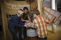 Náhodné seskupení je název výstavy současných a bývalých studentů ateliéru Textilní tvorby Fakulty umění a designu při UJEP v Ústí nad Labem.