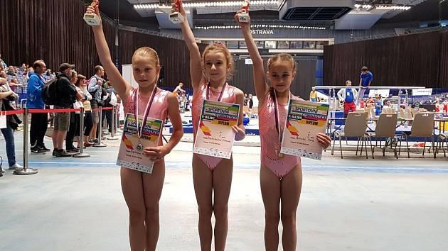 MICHAELA KRATOCHVÍLOVÁ (uprostřed) vybojovala pro děčínskou gymnastiku republikový titul.