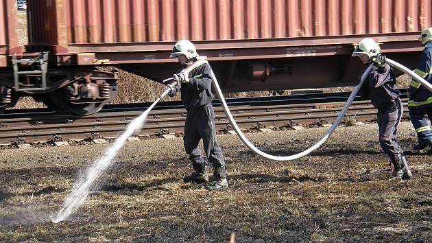 V posledních dnech došlo především neopatrností občanů k nárůstu požárů straré trávy.