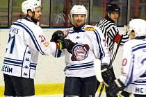 ZASLOUŽENÁ RADOST. Lukáš Zika (uprostřed) přispěl dvěma góly k překvapivému vítězství Medvědů nad favoritem z Klatov.