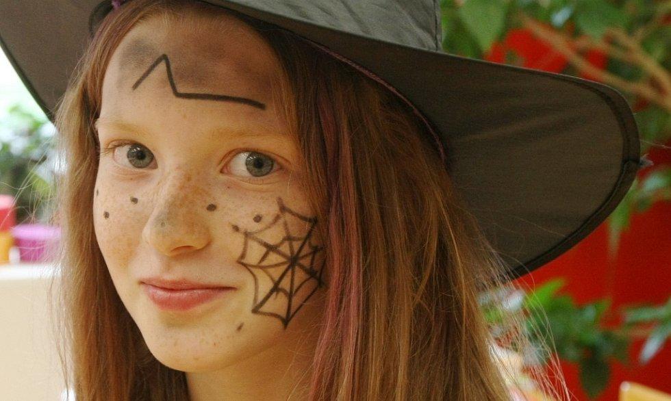 Čarodějnice oslavily i děti ve škole v Dobkovicích.