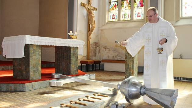 Nový kříž pro věž jiříkovského kláštera požehnal generální sekretář České biskupské konference Stanislav Přibyl.