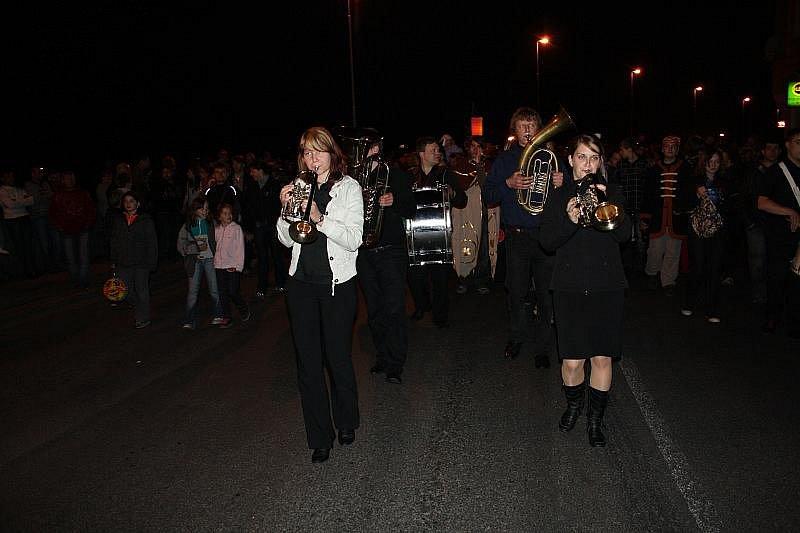 Městské slavnosti zahájil tradiční průvod a ohňostroj.