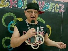 Rapující ředitel školy Petr Jakubec.