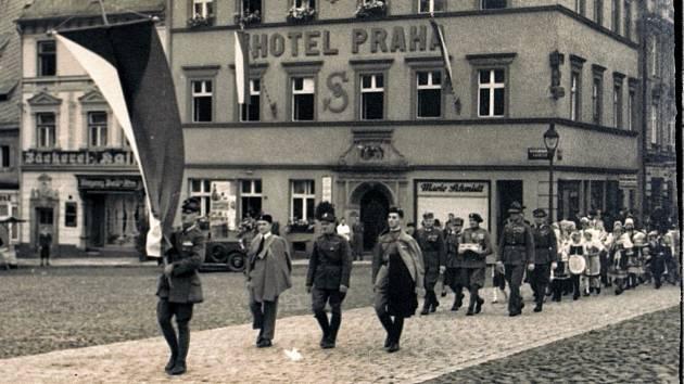 Sokolové před svým domovem (hotel Praha,dnešní Masarykovo náměstí).