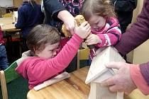 Oddíl Junior Ranger společně s rodiči při montáži krmítek pro ptáky.