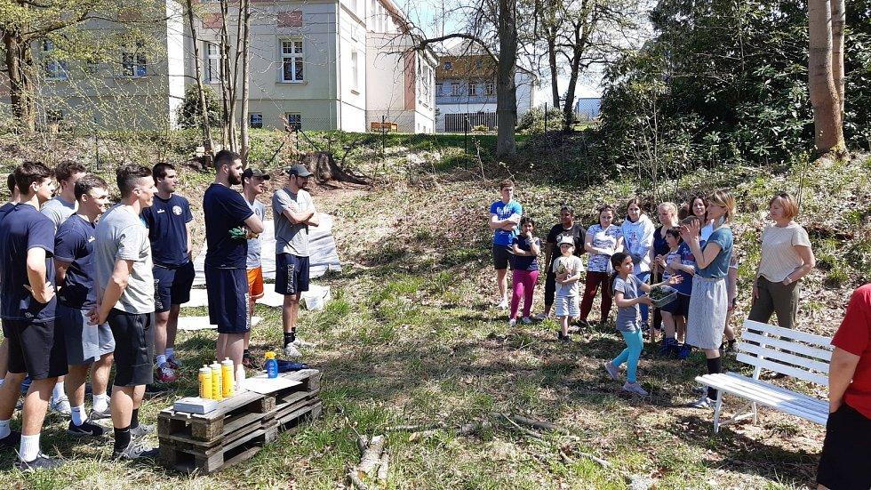 Basketbaloví Válečníci pomáhali v Dětském domově Krásná Lípa.