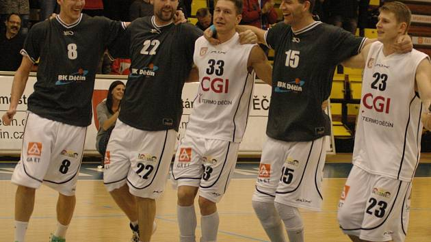LUBOŠ STRIA (uprostřed) mohl slavit, jeho Děčín těsně vyhrál v Jindřichově Hradci.