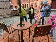 Posadit se na Lavičku Václava Havla mohou lidé v Krásné Lípě.