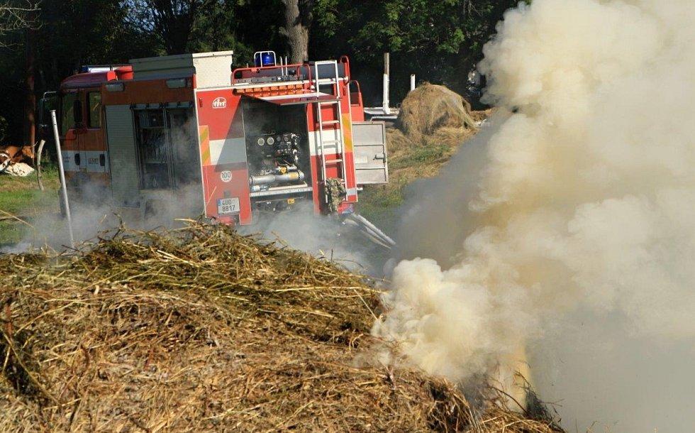 POŽÁR seníku likvidovali hasiči ještě v pátek.