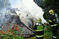 Požár roubenky na Vlčí Hoře.