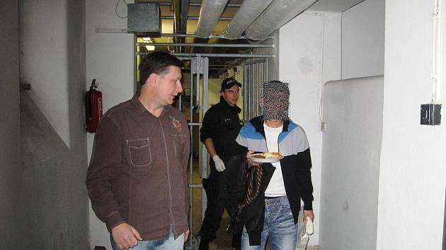Jednadvacetiletý muž, který sebral hotovost, byl policisty zadržen.