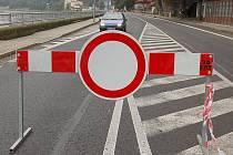 NEBEZPEČÍ. Zákaz vjezdu řidiči nerespektují,  hazardují se svými životy. Skalní masiv nad silnicí ze Hřenska do německého Bad Schandau se totiž znovu pohnul.