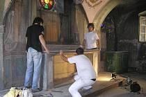 Restaurátoři během demontáže oltářního stolu a tzv. deštění, dřevěného obložení stěn v objektu Svatých schodů.