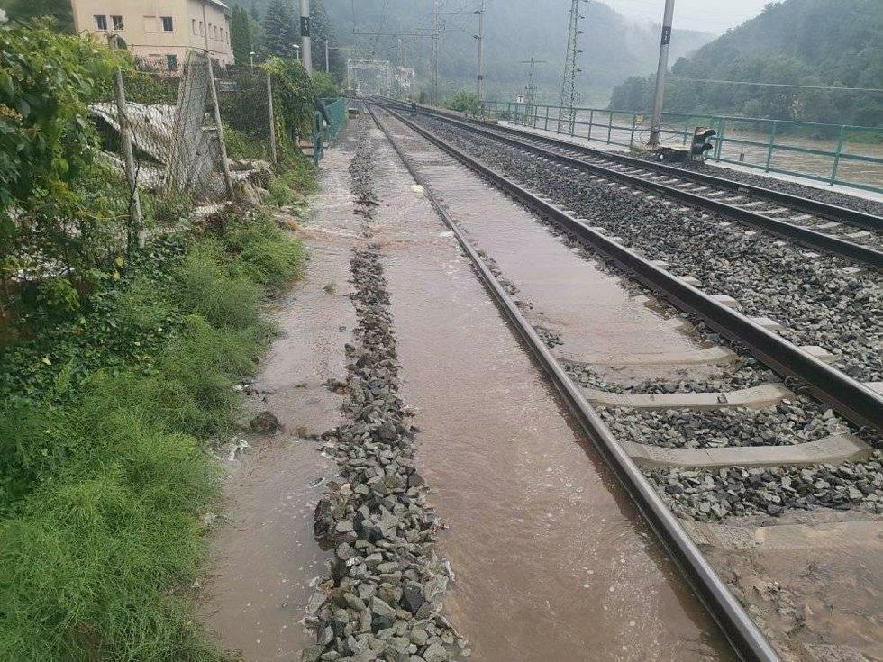 Voda zaplavila železniční trať v Dolním Žlebu.