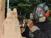 Dřevění živočichové vznikají pod rukama sochařů pomocí motorové pily.