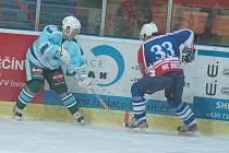 VÝHRA. Děčínští hokejisté (tmavě modrá) doma porazili 4:3 Milevsko.
