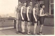 Hoši z YMCA při tréninku na střeše paláce YMCA.