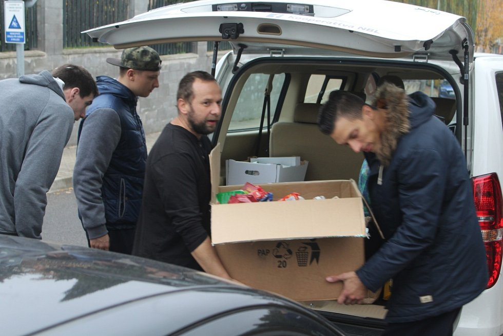 DOBRÁ VĚC. Děčínští basketbalisté navštívili azylový dům.