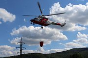 U lesního požáru ve Františkově pomáhal i armádní vrtulník.
