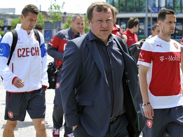 Trenér Pavel Vrba (uprostřed) v čele fotbalové reprezentace pro příjezdu do Olomouce k zápasu s Rakouskem.