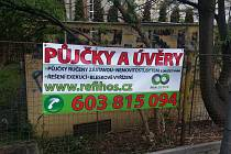 Černé výlepy v uplynulých dnech zaplavily město Děčín. Strážníci plakáty sundali.