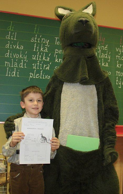 Pololetní vysvědčení rozdával dětem klokan.