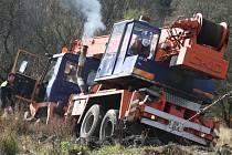 Vytahování zapadlého nákladního auta společnosti ČEZ v Ludvíkovicích.