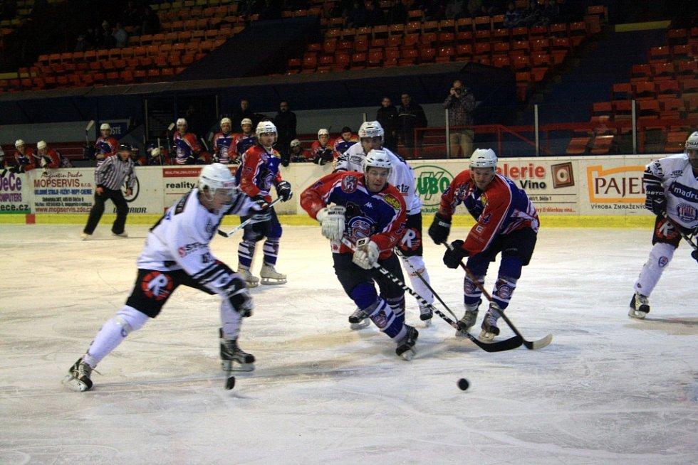 Děčínští hokejisté si v boji o první místo poradili s Klatovy.