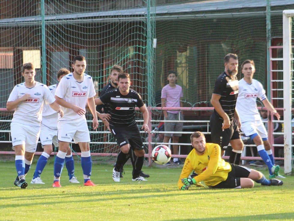 TŘI BODY. Fotbalisté Junioru Děčín (v bílém) porazili Oldřichov 2:1.
