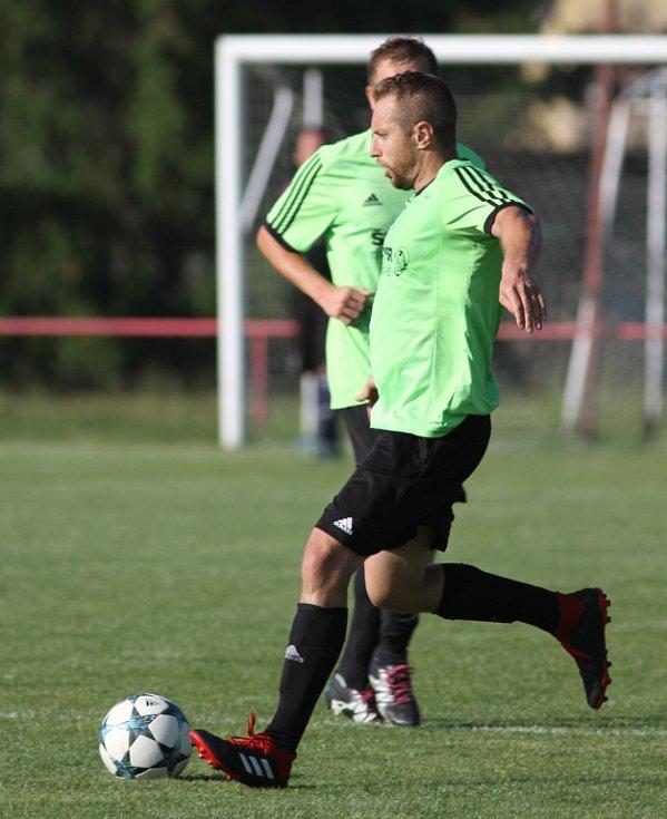 DEBAKL. Jiříkov (v modrém) ukončil špatnou sezónu porážkou 1:8 se Svádovem.