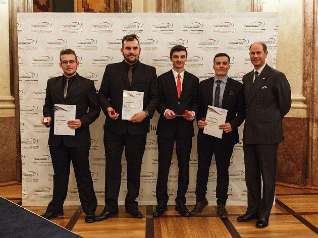 Prestižní zlaté ocenění si studenti z Ústeckého kraje převzali přímo z rukou britského Prince Edwarda.