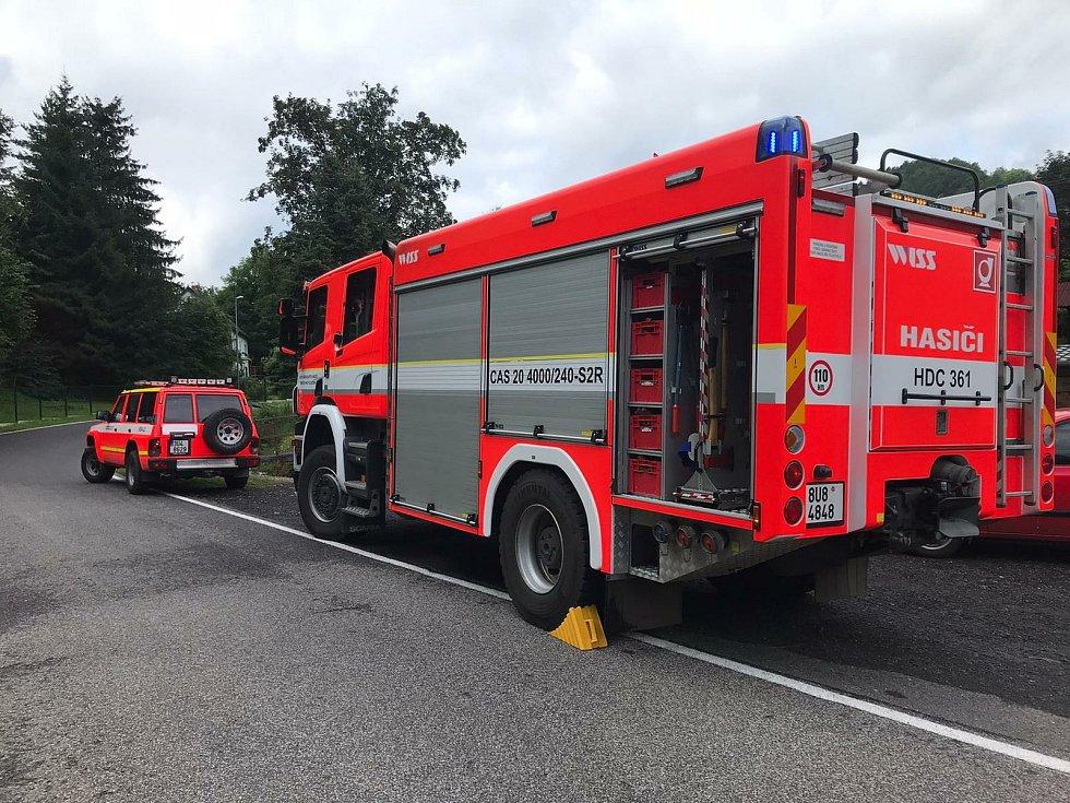 V Heřmanově havarovalo auto, skončilo na střeše. S vyproštěním pomohli hasiči