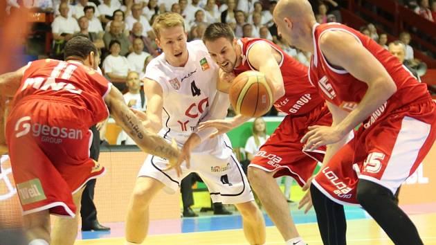 TAKTO bojoval Děčín s Nymburkem ve finále v roce 2015.