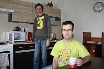 Byty, kde bydlí mentálně postižení lidé, mají kompletní vybavení: Ložnici, obývák s televizí, koupelnu a samozřejmě kuchyň.