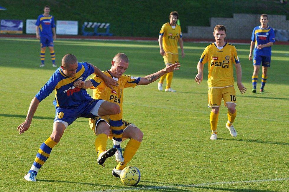 KONEČNĚ! Fotbalisté FK Varnsdorf (v modrém) doma přejeli 4:0 Jihlavu.