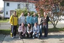 JUNIORKY svůj cíl zvládly. Na snímku zleva stojí trenér Herclík, Mottlová, Šrajerová, Šinerová, Sigmundová, Matějková. Vpředu zleva: Zahálková, Rumlová a Jiránková.