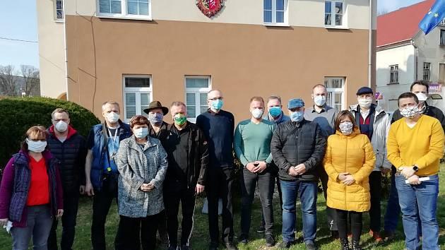 Starostové ze Šluknovského výběžku se pustili do kampaně za nošení roušek.