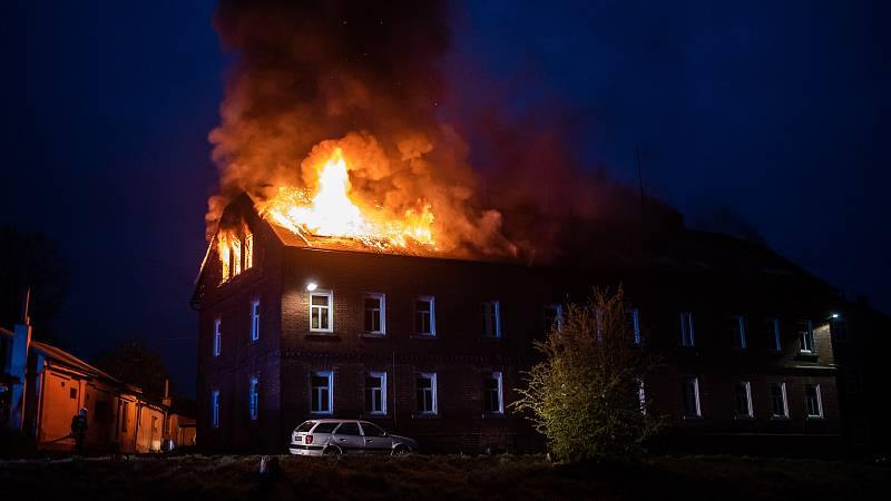 Chřibská brzy ráno zažila požár střechy bytového domu.
